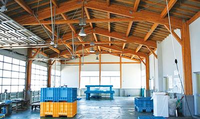 清潔で錆びに強く、過酷な環境に耐える木構造の荷捌き場。