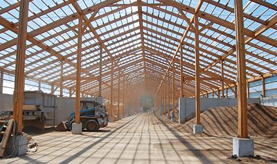 金属が錆びやすい環境にも耐え抜く大断面木構造の堆肥舎。